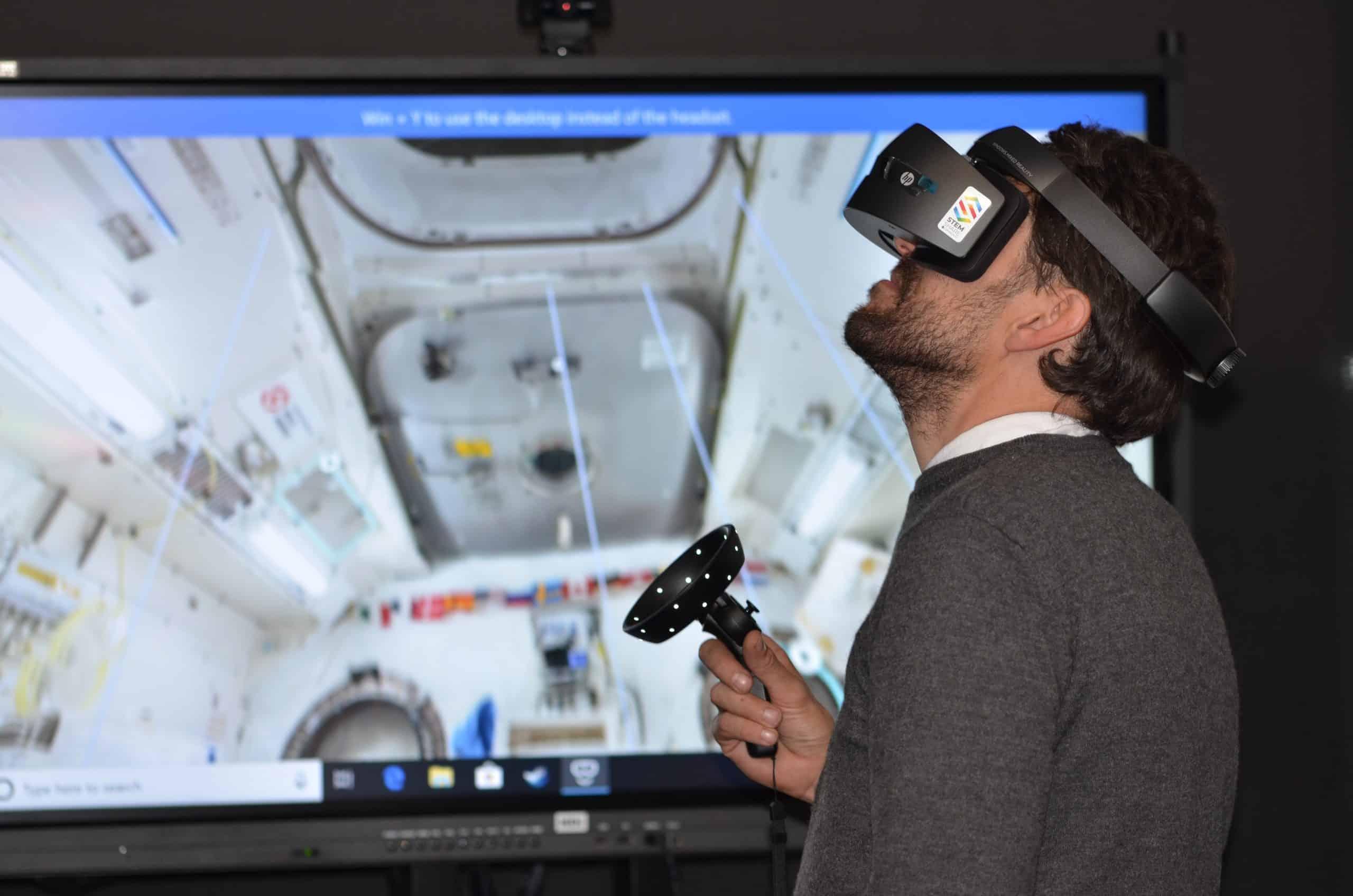 Une homme utilisant un casque de réalité virtuelle dans un cadre professionnel