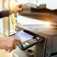 un professionnel utilisant une imprimante de bureau