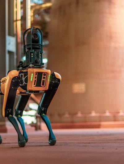 Le robot Spot en train de se déplacer.