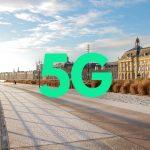 Photographie d'une ville avec écrit 5G en vert. Moins de la moitié des pays du monde ont accès à la 5G.