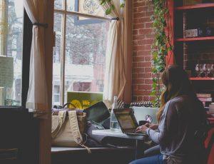 Aperçu d'une personne travaillant sur son ordinateur.
