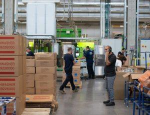 des fabricants dans une usine