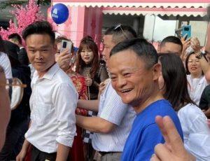 Photographie de Jack Ma qui a fait une apparition lors de l'AliDay, la journée d'entreprise d'Alibaba.
