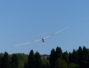 Photographie du planeur électrique Euroglider dans les airs.
