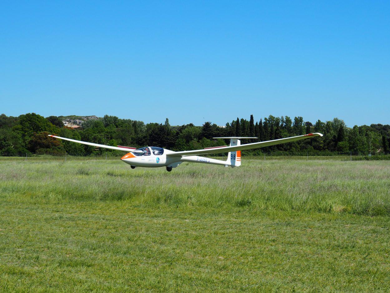 Photographie du planeur électrique Euroglider avant son atterrissage.