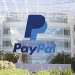 Photographie des bureaux de PayPal sur lesquels apparait le logo de l'entreprise.
