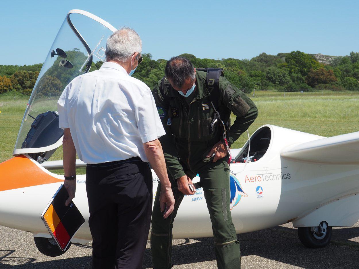 Photographie du pilote de l'Euroglider entrain de mettre son parachute.