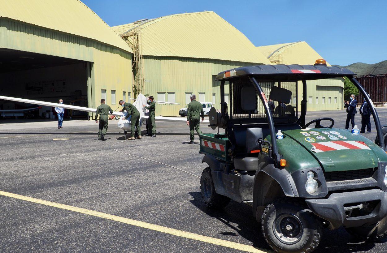 Photographie du planeur électrique Euroglider attaché à une voiture pour être amené à la piste de décollage.