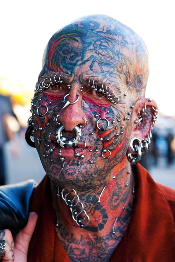 un homme tatoué et piercé
