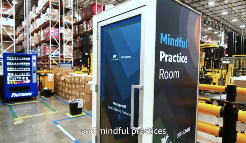 """Une cabine """"AmaZen"""" dans un entrepôt Amazon."""
