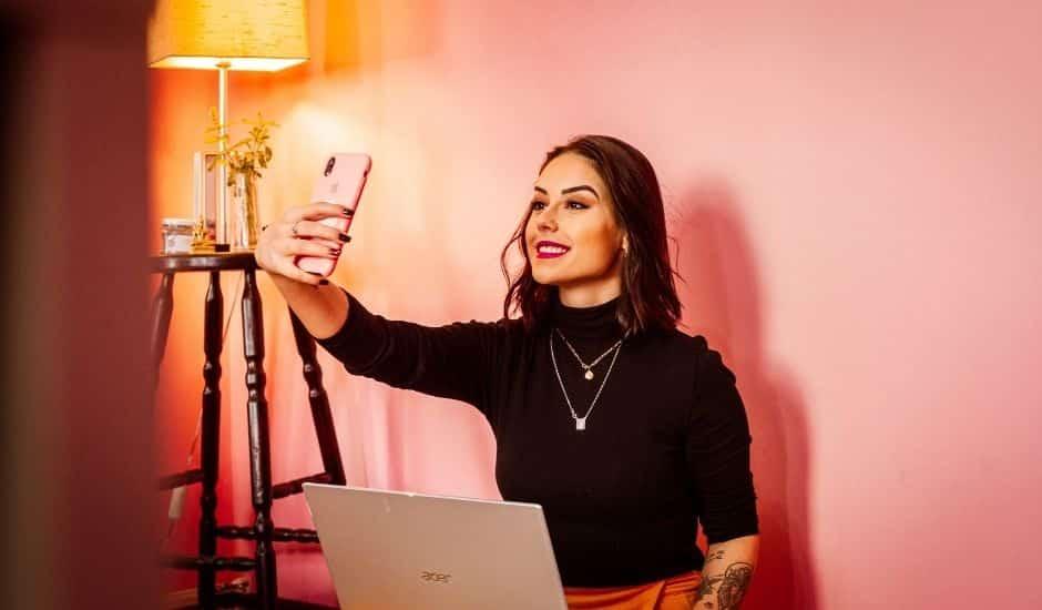 une influenceuse se filmant en selfie