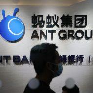 Photographie du logo d'Ant Group avec une silhouette humaine. La valorisation d'Ant Group a été divisée par deux.