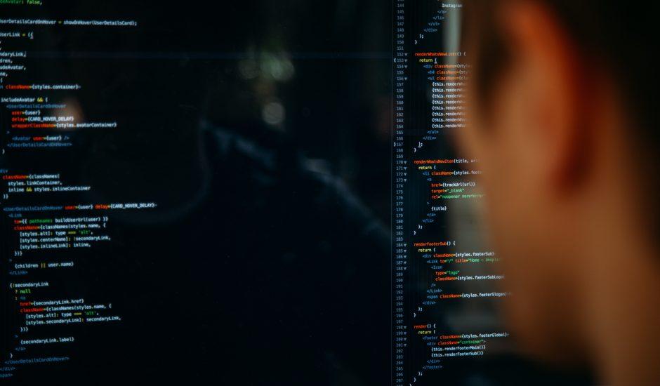 Un programmeur devant son code