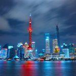 La ville de Shanghai illuminée la nuit.