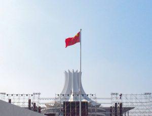 Le drapeau chinois en train de flotter devant un ciel bleu.