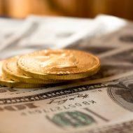 Des pièces et des billet en dollars