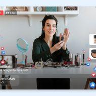 Une femme présentant des produits de beauté au cours d'une sessions de live shopping