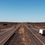 Photographie de camions sur une autoroute. « Uber pour camions » va probablement déposer un projet d'entrée en bourse (IPO).