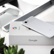 Un smartphone Google Pixel juste sorti de sa boîte d'emballage.