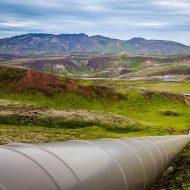 Un oléoduc travers un paysage montagneux.