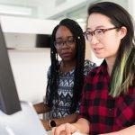deux employés optimisant les contenus produit