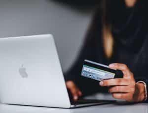 une personne procédant à un paiement devant son ordinateur