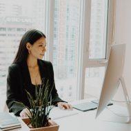 une employée devant son écran en vente b2B