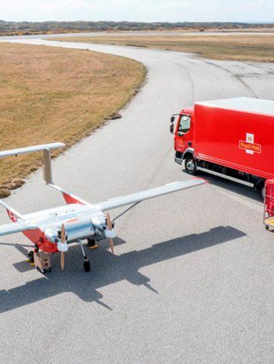 Photographie d'un camion de la Royal Mail avec un drone.