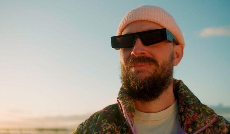 un homme portant les nouvelles lunettes de snapchat