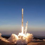 Une fusée Falcon 9 en plein lancement.
