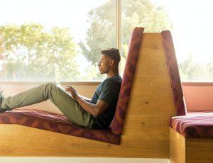 un employé assis dans un open space sur son laptop