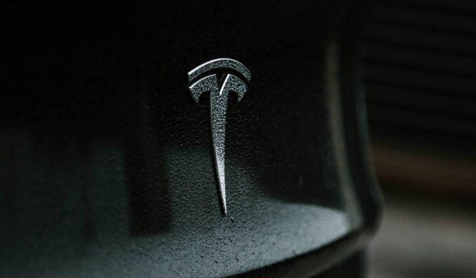 logo de tesla sur une voiture