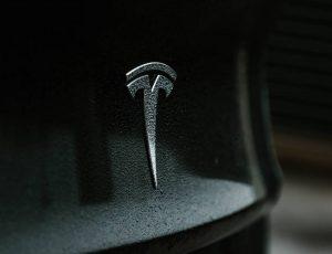 Le logo de Tesla sur une voiture.