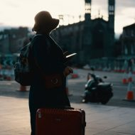 une voyageuse avec sa valise