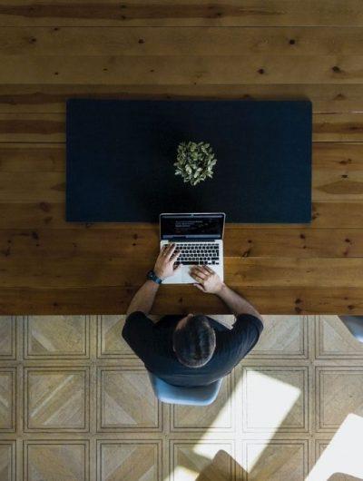un utilisateur de crm dans un openspace