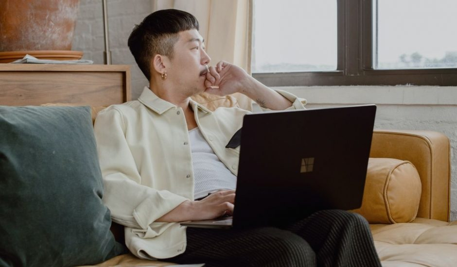 un employé dans un bureau design