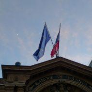 fronton banque de france avec drapeau et ciel