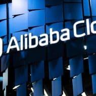 Photographie du logo Alibaba Cloud sur un bâtiment. Alibaba cloud est compatible avec le microprocesseur open source RISC-V.