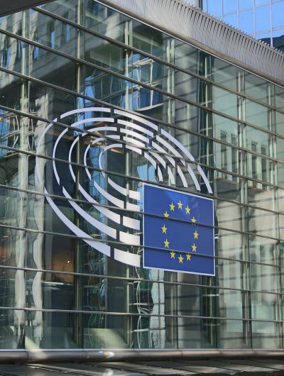Photographie de la devanture du parlement européen.