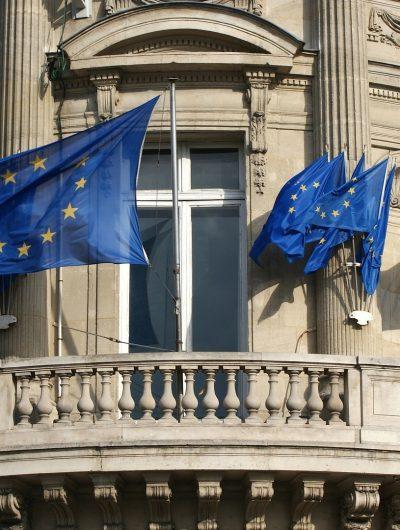 Aperçu d'un bâtiment avec des drapeaux européens.