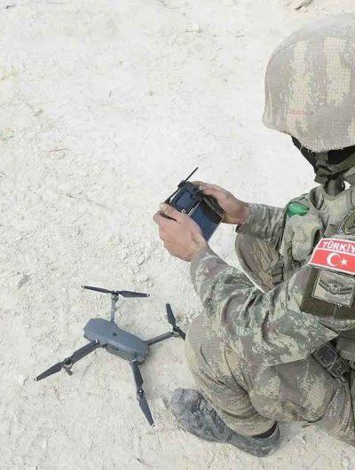Aperçu d'un soldat turque avec un drone.