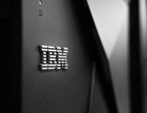 Photographie d'un ordinateur avec le logo IBM.