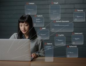 Une femme asiatique travaillant sur un ordinateur