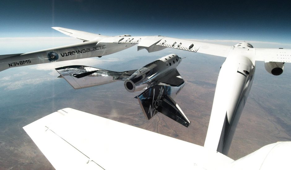 un avion quadrimoteur et une navette Virgin Galactic à très haute altitude