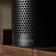 Image d'un Amazon Echo posé sur une table en vois