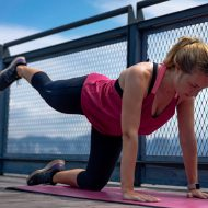 Une femme en train d'effectuer des exercices.