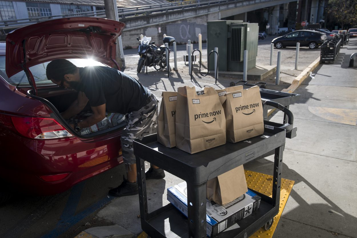Photographie d'un travailleur d'Amazon Flex rangeant sa voiture.