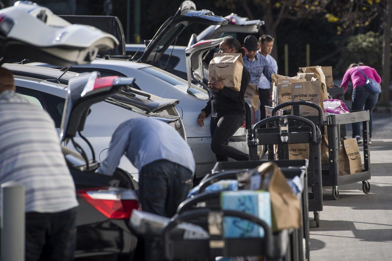 Photographie de travailleurs du programme Flex sur un parking.