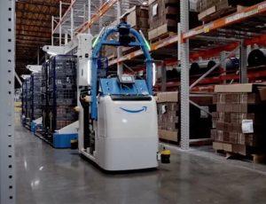 un robot dans un entrepôt Amazon