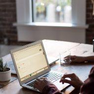 Un homme utilisant un ordinateur portable.
